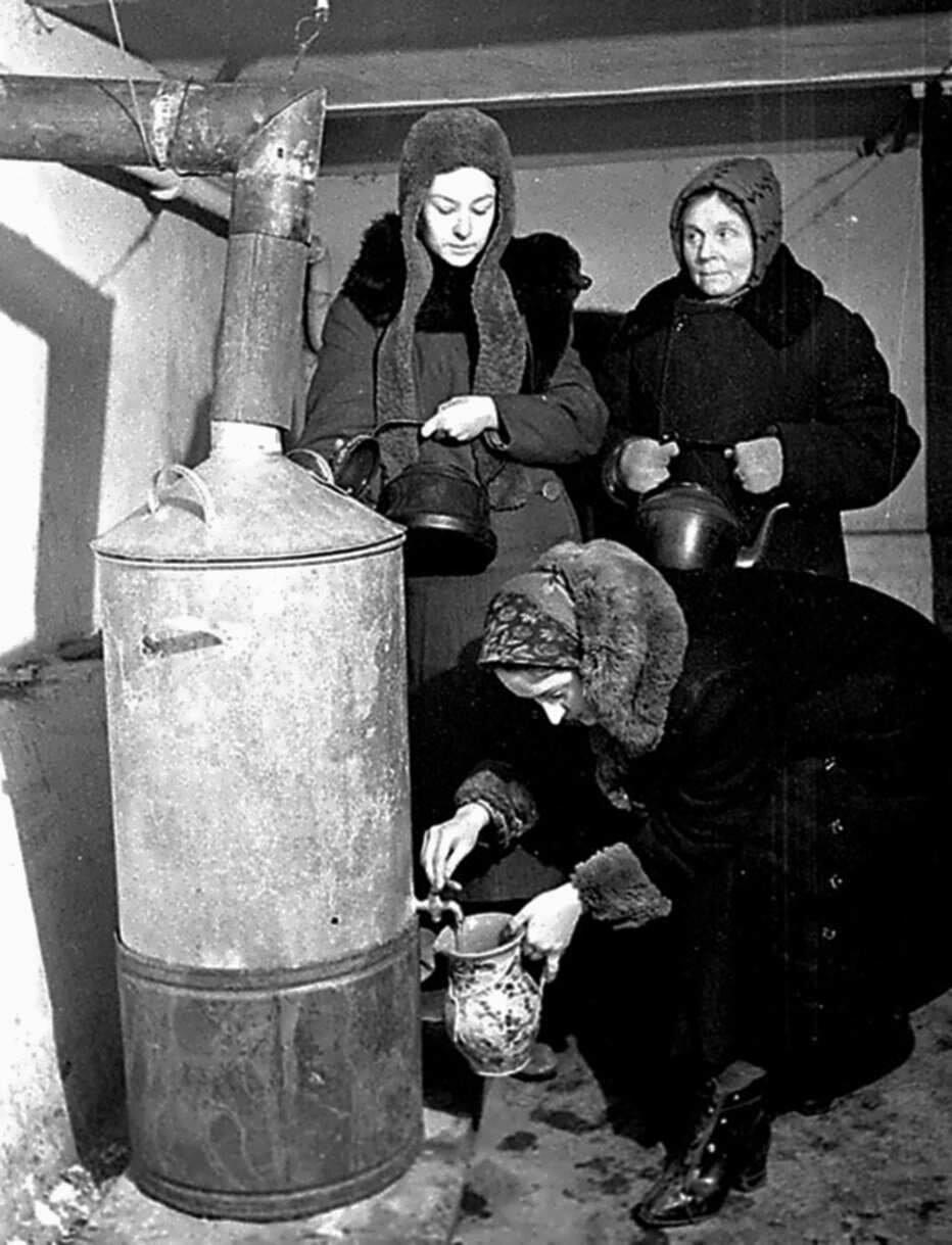 1942. Жительницы блокадного Ленинграда набирают кипяток во время нахождения в бомбоубежище.