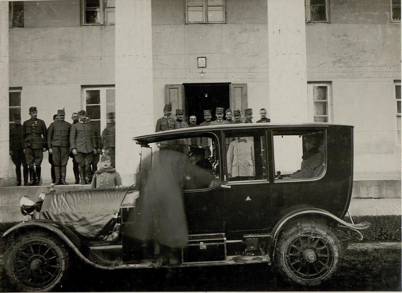 Острожец. Эрцгерцог Карл покидает здание штаба 9 корпуса. 2 февраля 1916