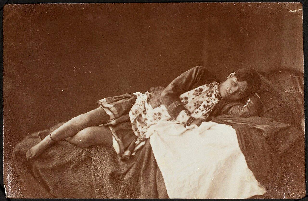 Портрет лежащей женщины