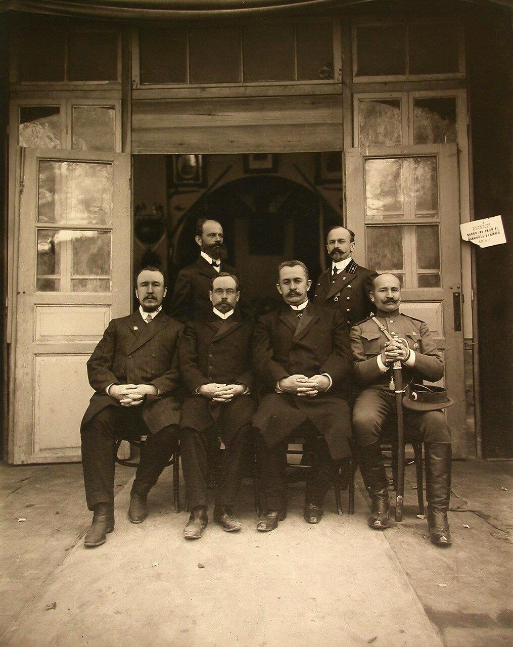 23. Группа чинов у входа в павильон военного отдела