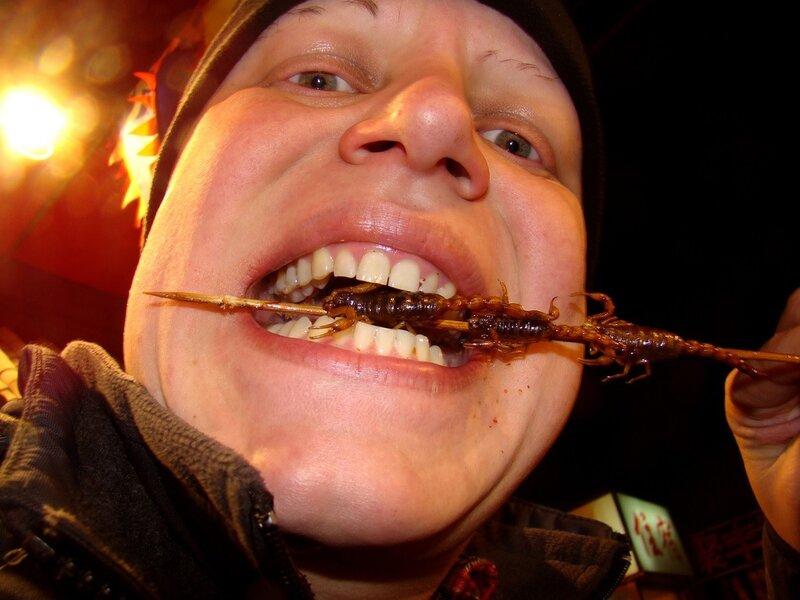 Прынц на отдыхе жрёт шашлык из скорпиона в Китае.