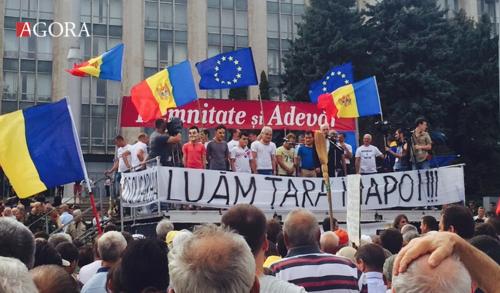 На центральной площади Кишинёва появились маски политиков