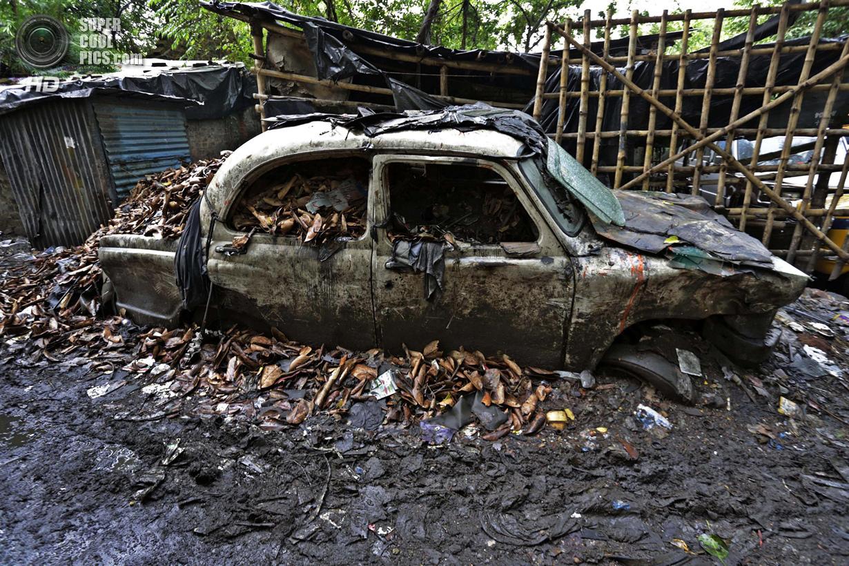 Индия. Калькутта, Западная Бенгалия. 26 мая. Hindustan Ambassador, превратившийся в металлолом. (AP
