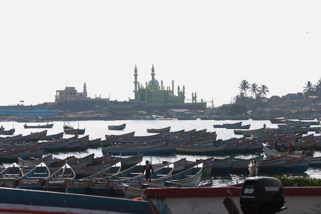 Фотография 4. Деревня Вижинджам. Вид на порт, лодки и мечети