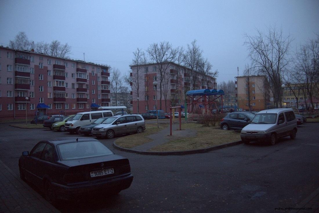 Двор в Новополоцке с эстрадой.