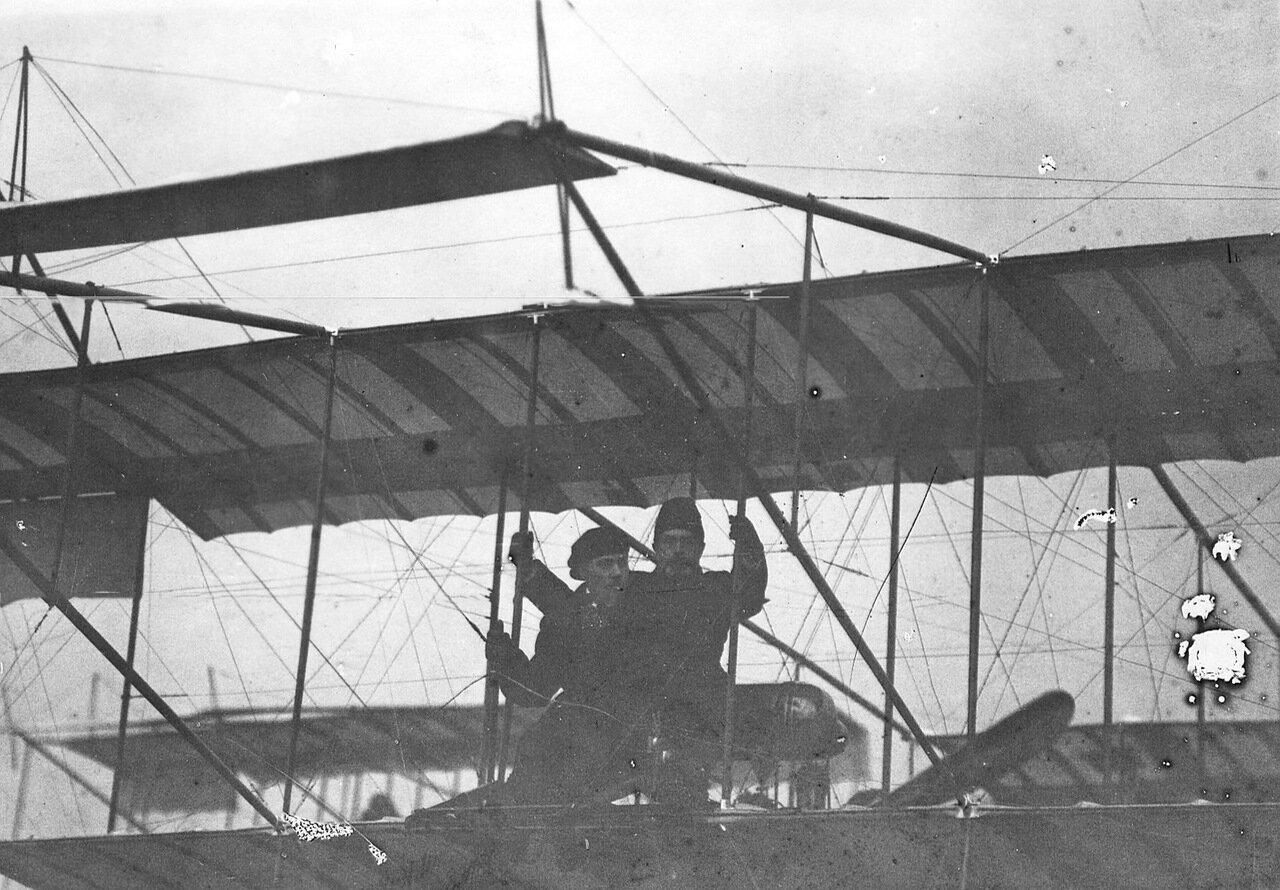 37. Летчик М.Н.Ефимов с пассажиром революционером и ученым Н.Морозовым в аэроплане перед полетом.