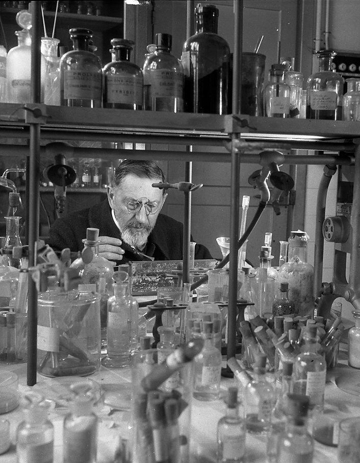 1943. Лаборатория неорганической химии