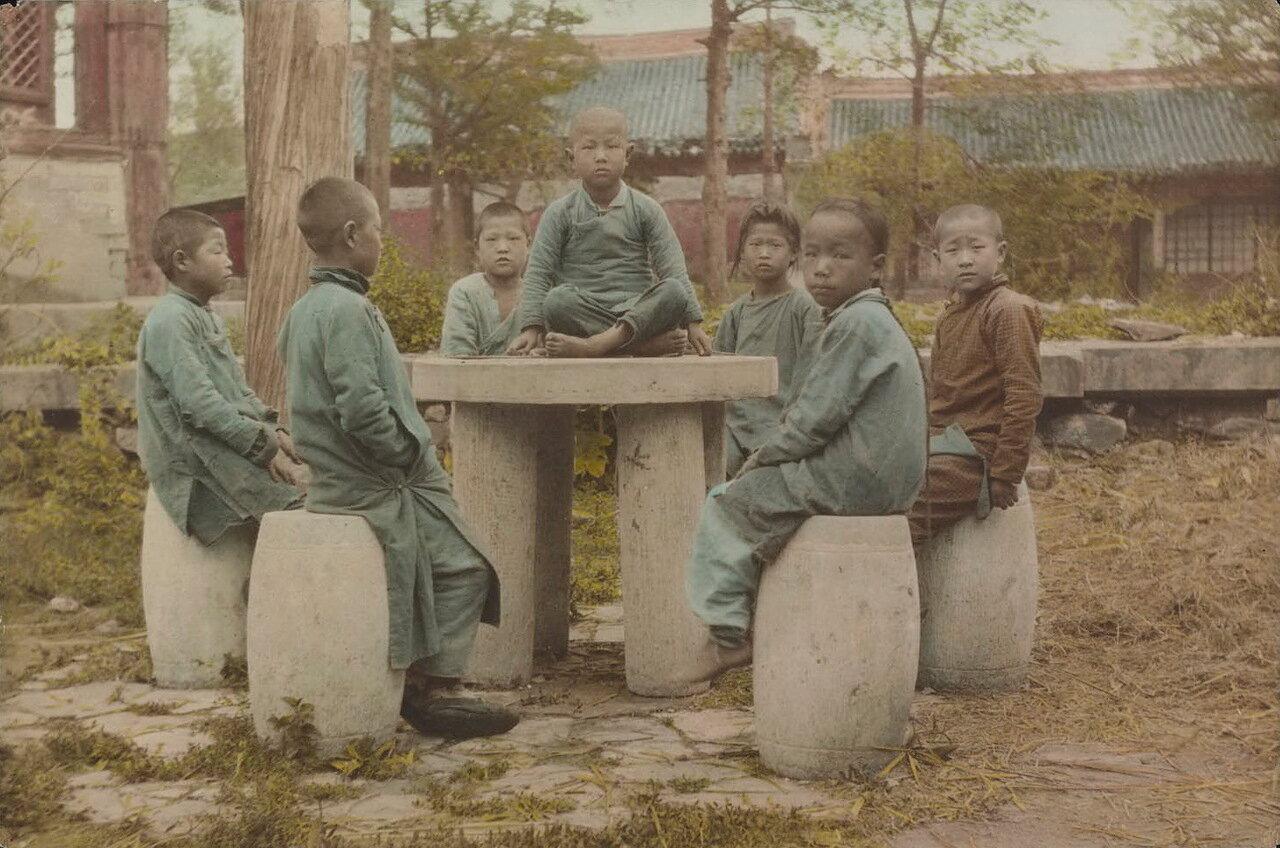 Молодые монахи-послушники
