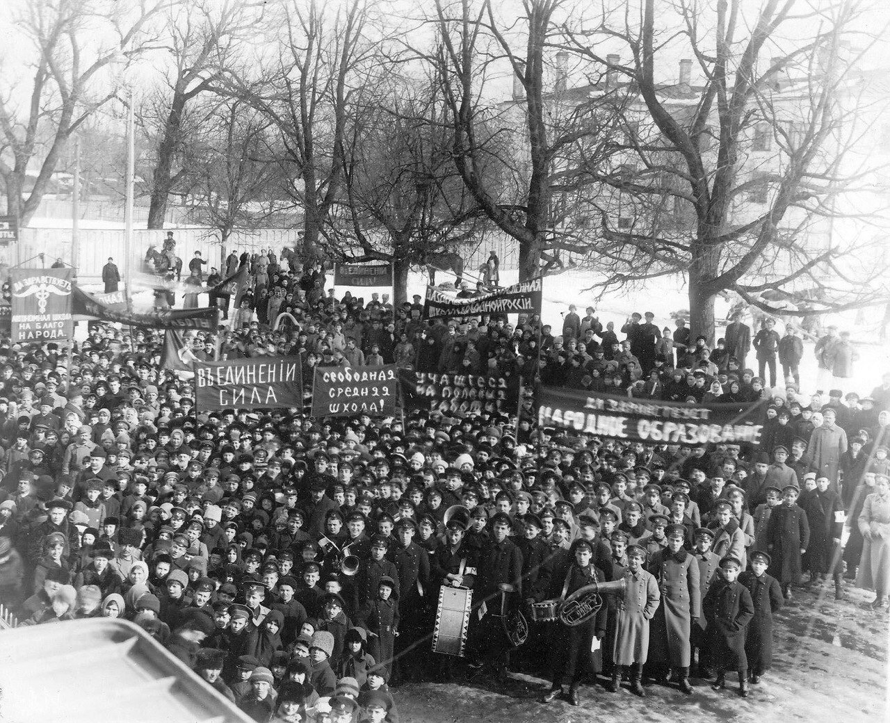 Митинг учащихся Царского Села у Ратуши.  1917