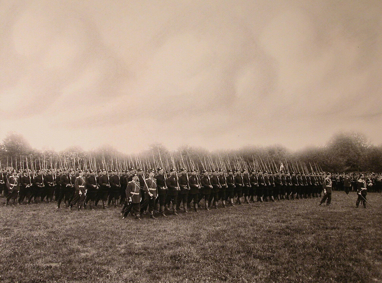 10. Третий батальон полка проходит церемониальным маршем во время парада