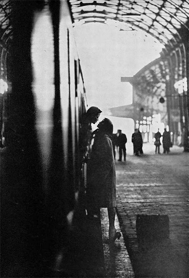 Kissing goodbye (1967) Photographer_Fred den Ouden, Amsterdam
