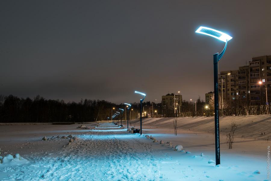 дорожка под светом светодиодных фонарей