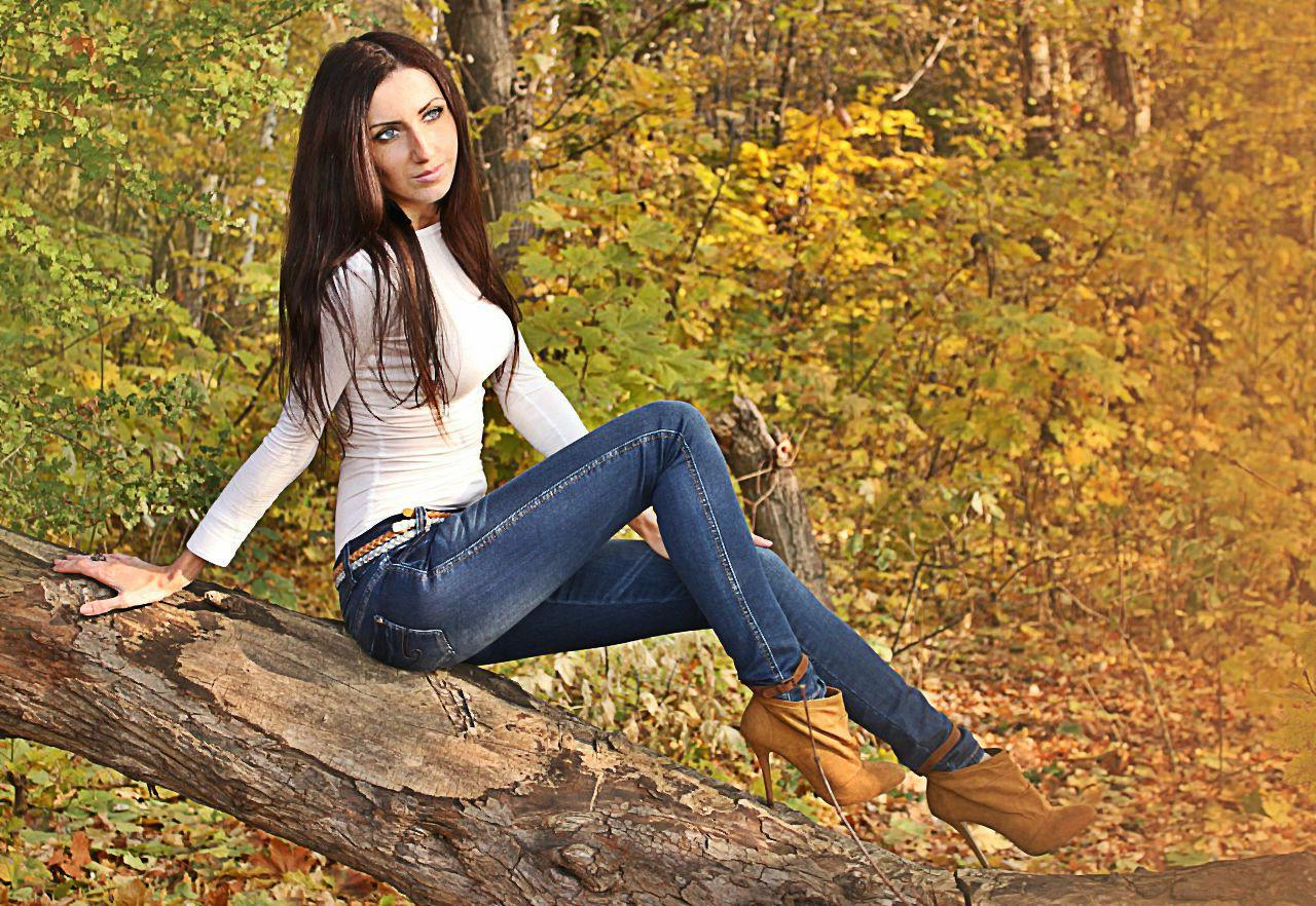 Стройная девушка  в гольфе и джинсах