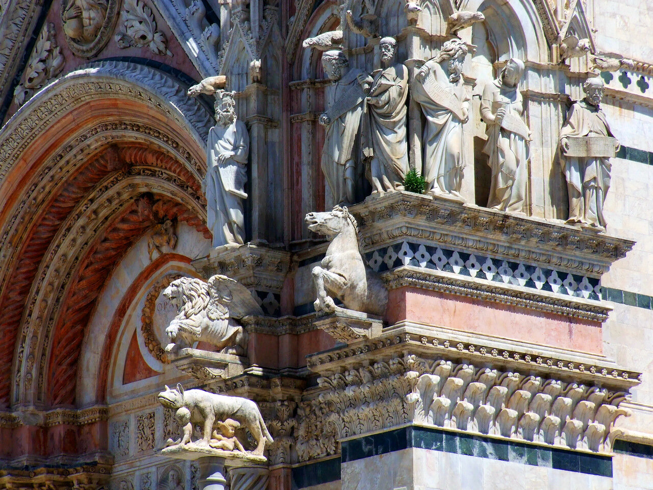Скульптурные композиции на стене Кафедрального Собора (Сattedrale di Santa Maria Assunta; Duomo di Siena) города Сиена (Siena)