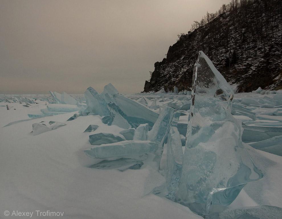 9. «Стекающий» в Байкал лед реки Ледяная. Иногда встречаются льдины, выдавленные невидимой сило