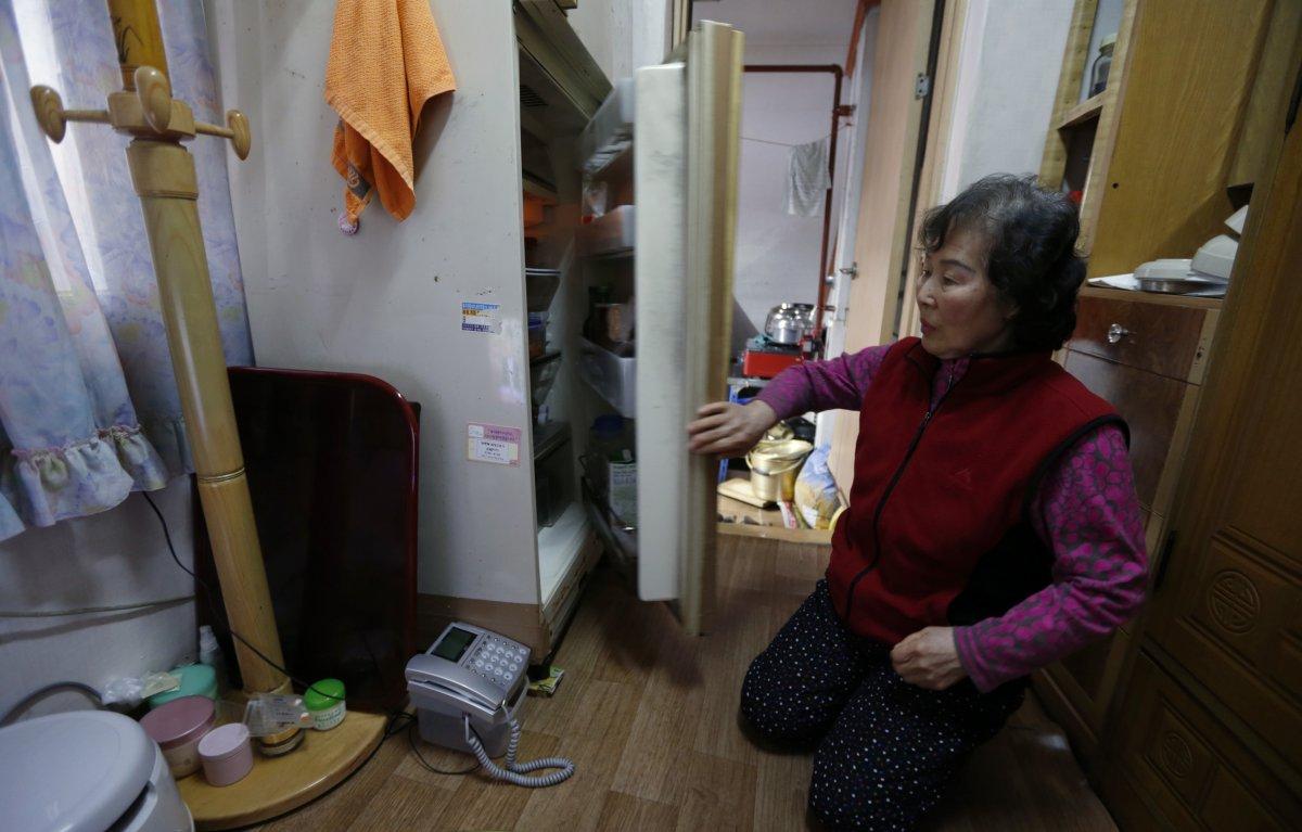 73-летняя Конг Кюнгсун живет в квартире, жилая площадь которой составляет всего 1,9 квадратного метр