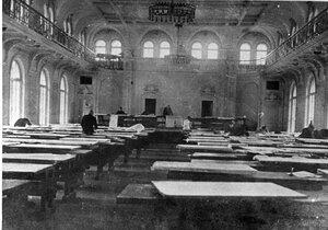 Актовый зал Технологического института в период использования его в качестве чертежной для студентов-дипломантов.