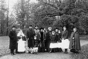 Председатель Совета министров П.А.Столыпин среди членов своей семьи и друзей в Елагином парке.