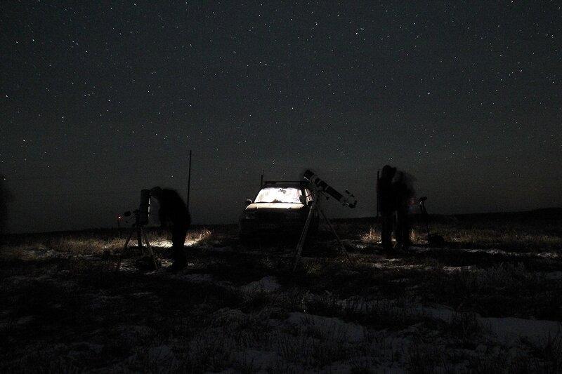 Телескопы и астрономы-любители с машиной на фоне ночного звездного неба 23 ноября 2014 г. Астрономический выезд в Шалегово (Оричи, Кировская область)