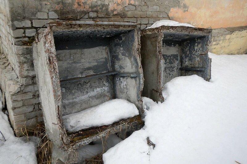 Железобетонные ящики у стены заброшенной станции Тростинка 8 км