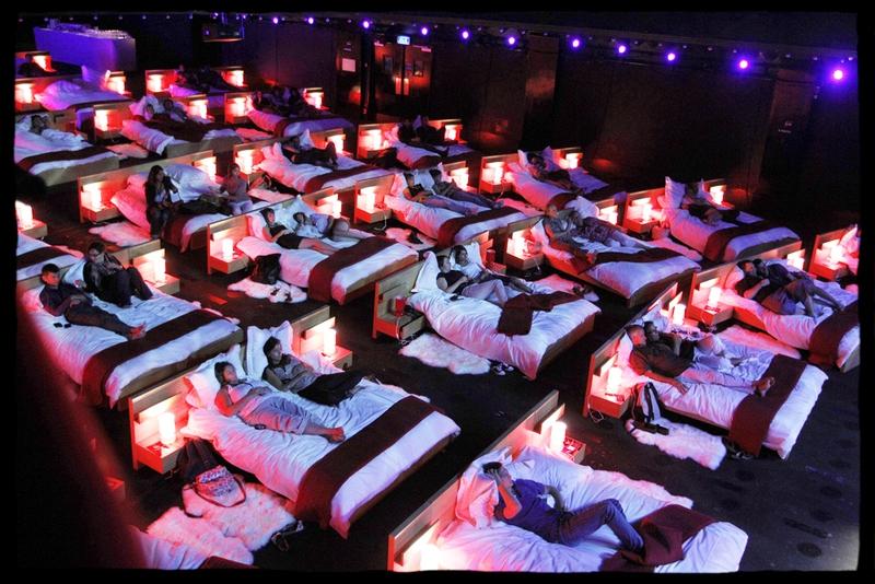 кинотеатр с кроватями