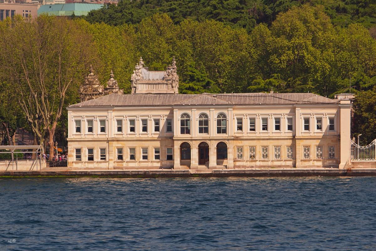 Стамбул 2015 - Длинный тур по Босфору - Виды на «Дворец Долмабахче»