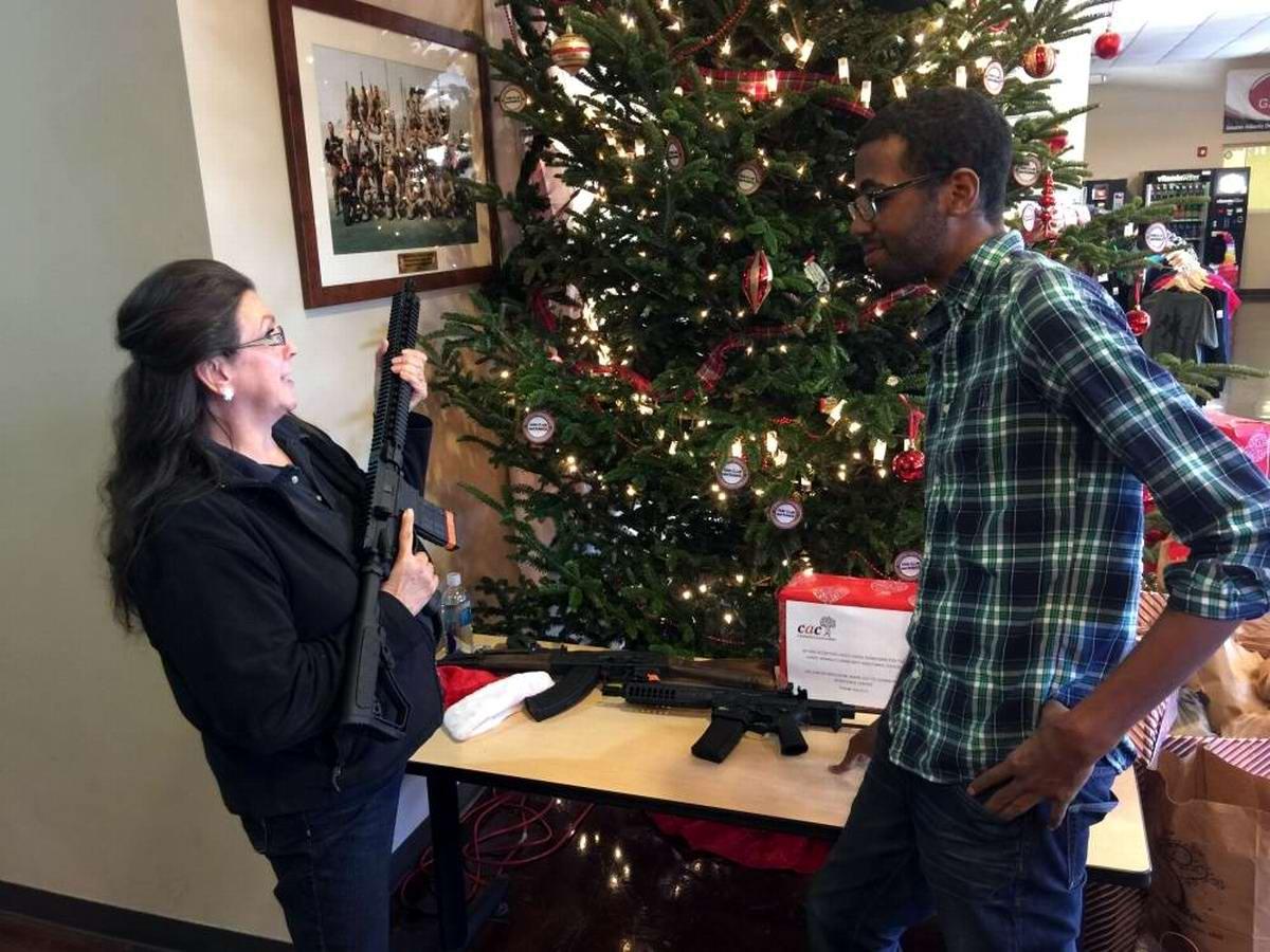 С автоматами в компании Санта-Клауса: Добропорядочные американцы готовятся к встрече Рождества (12)