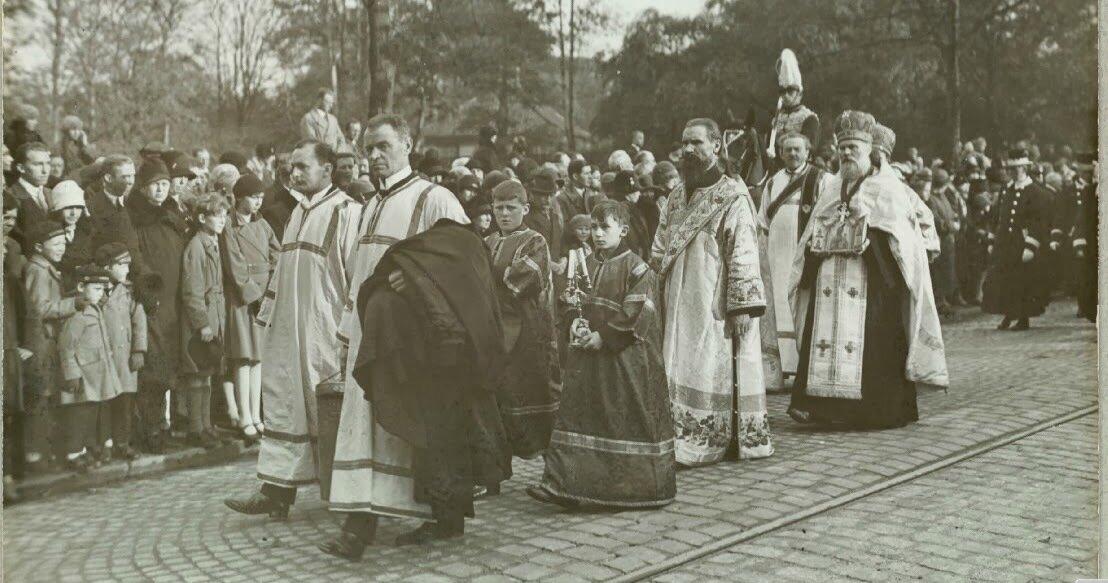 07. Траурная процессия. На снимке: митрополит Евлогий и священники