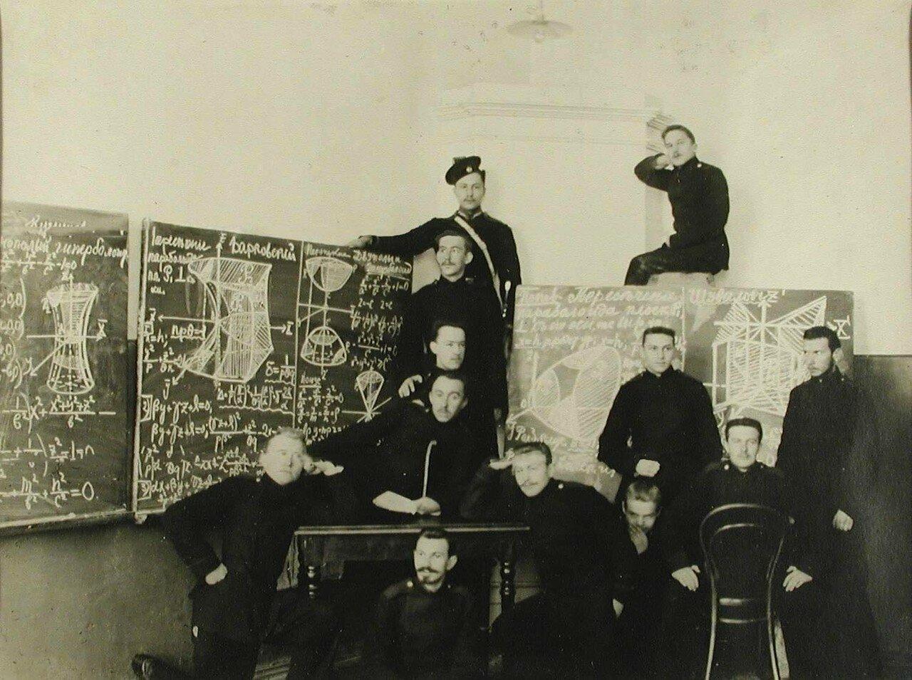 10. Группа юнкеров в аудитории во время подготовки к экзаменам