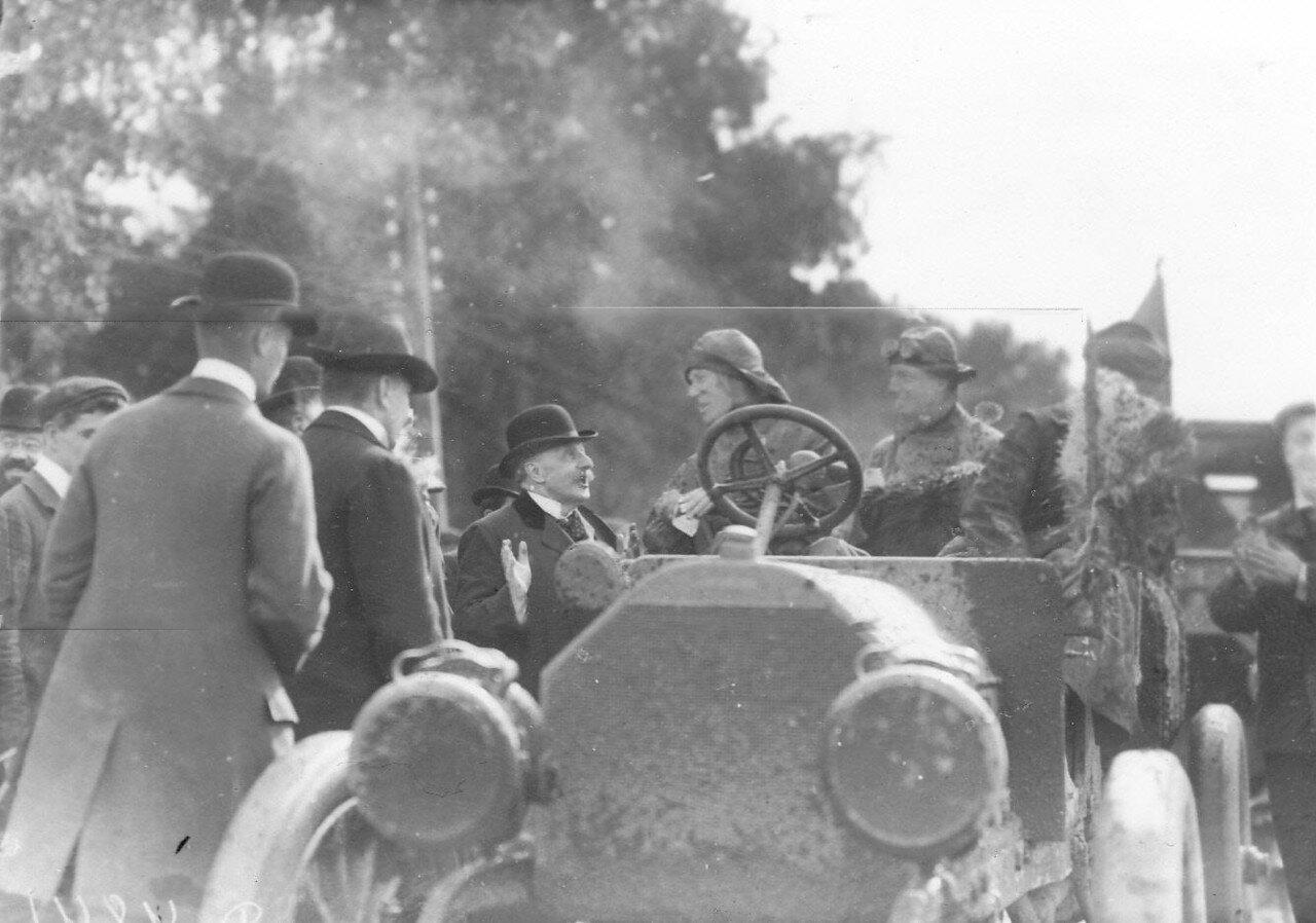 05. Представители городского самоуправления встречают первую автомашину- участницу автопробега на Петергофском шоссе