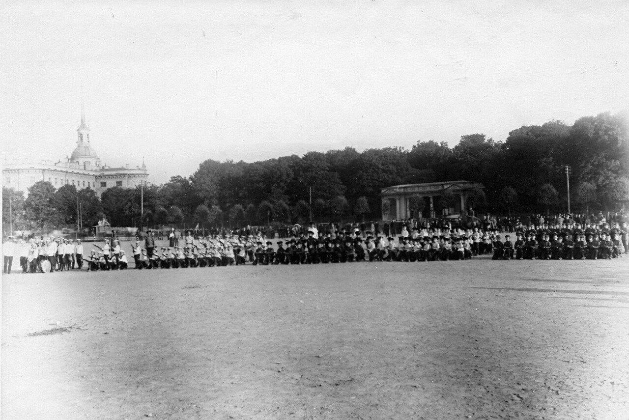 77. Группа потешных с ружьями с колена на Марсовом поле перед Михайловским садом