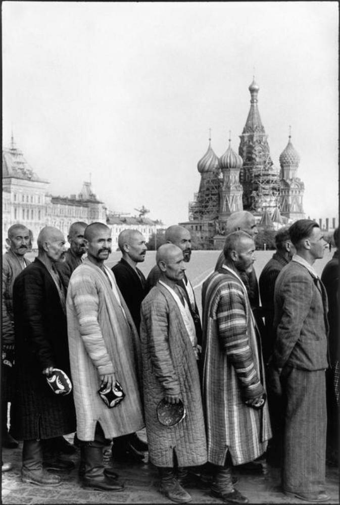 1954. Москва, Красная площадь. Восточные люди в очереди в мавзолей Ленина-Сталина