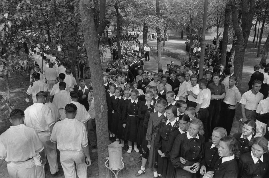 1954. Москва. В саду возле Кремля