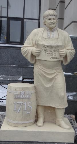 На железнодорожном вокзале Львова появилась скульптура пивовара
