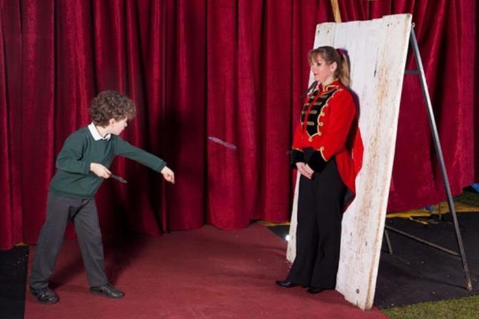 Мальчик в возрасте 10 лет выступает в цирке метателем ножей 0 11aad0 85e2704e orig