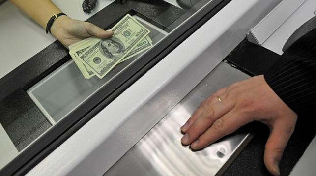 Нацбанк: белорусы за полгода сдали почти $1 млрд валюты