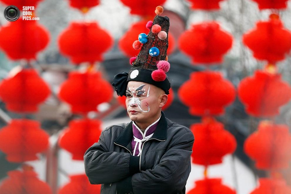 Пекинец в ожидании праздничного концерта. (Lintao Zhang/Getty Images)