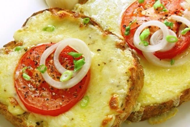 Ингредиенты: несколько кусочков хлеба 1–2 помидора 100г сыра масло для жарки Приготовление: Нарежьт