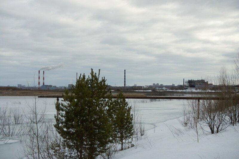 пруды золоотвала ТЭЦ-4 с биохимзаводом и ТЭЦ на горизонте