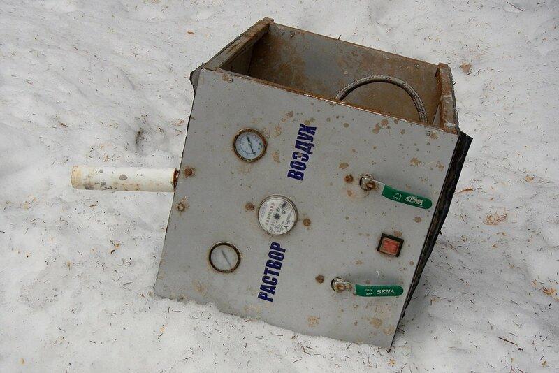 Выброшенный металлический ящик непонятного назначения с надписями Раствор и Воздух в Дороничах