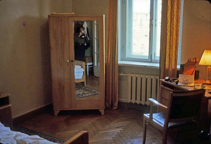"""Номер в ленинградской гостинице """"Октябрьская"""", запечатлённый иностранным туристом (1965)"""