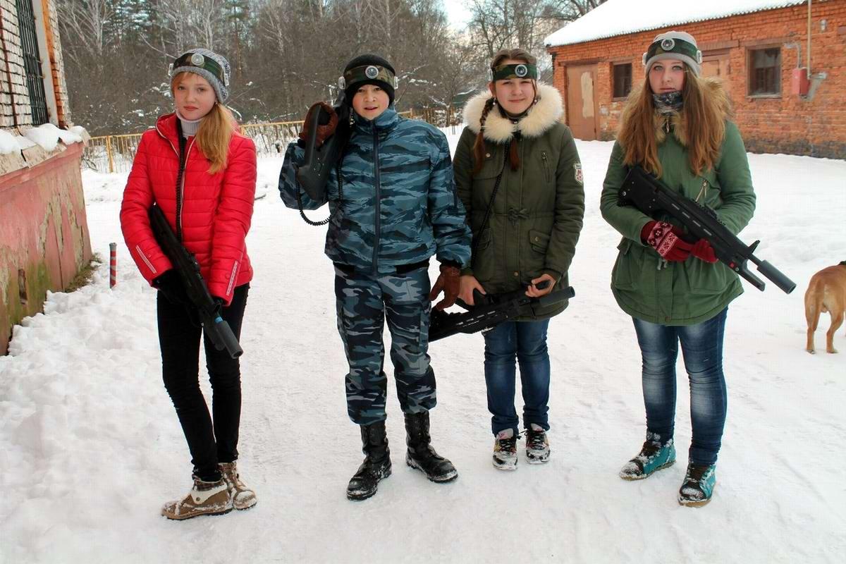 Современные забавы: Ярославские кадеты играют в лазерные стрелялки (1)