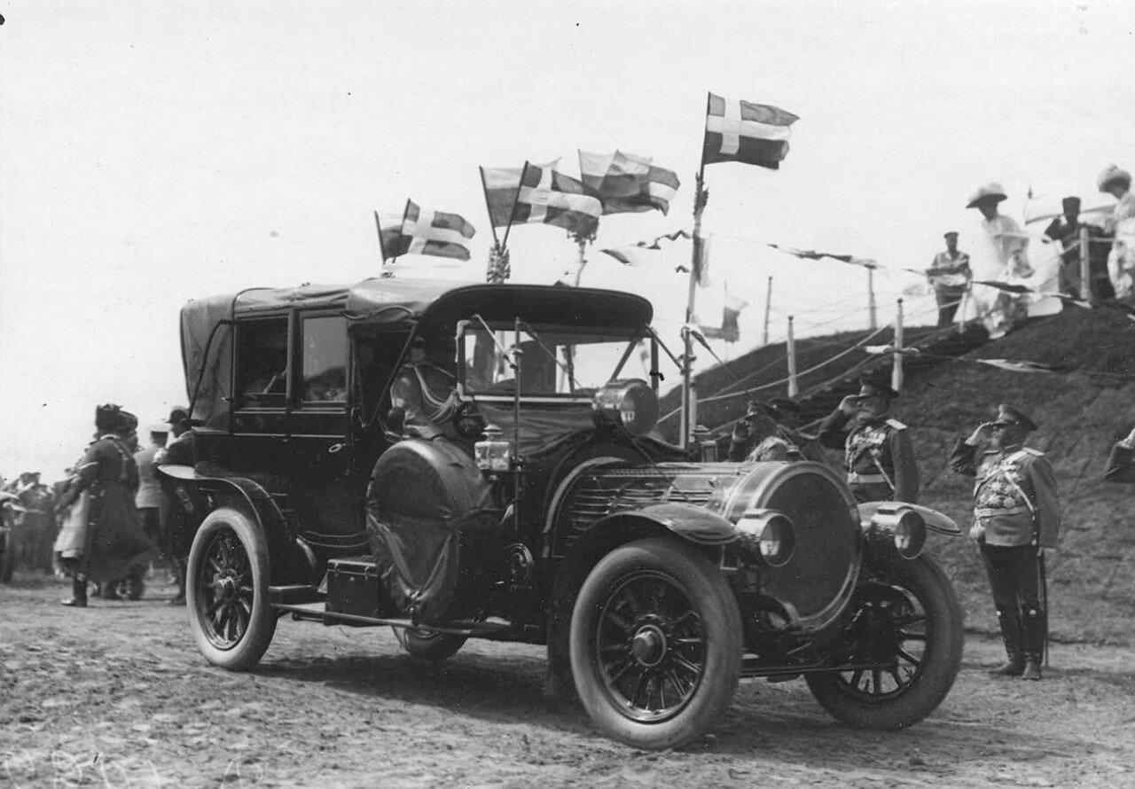 37. Автомобиль императора Николая II на поле во время смотра. 25 июля 1913