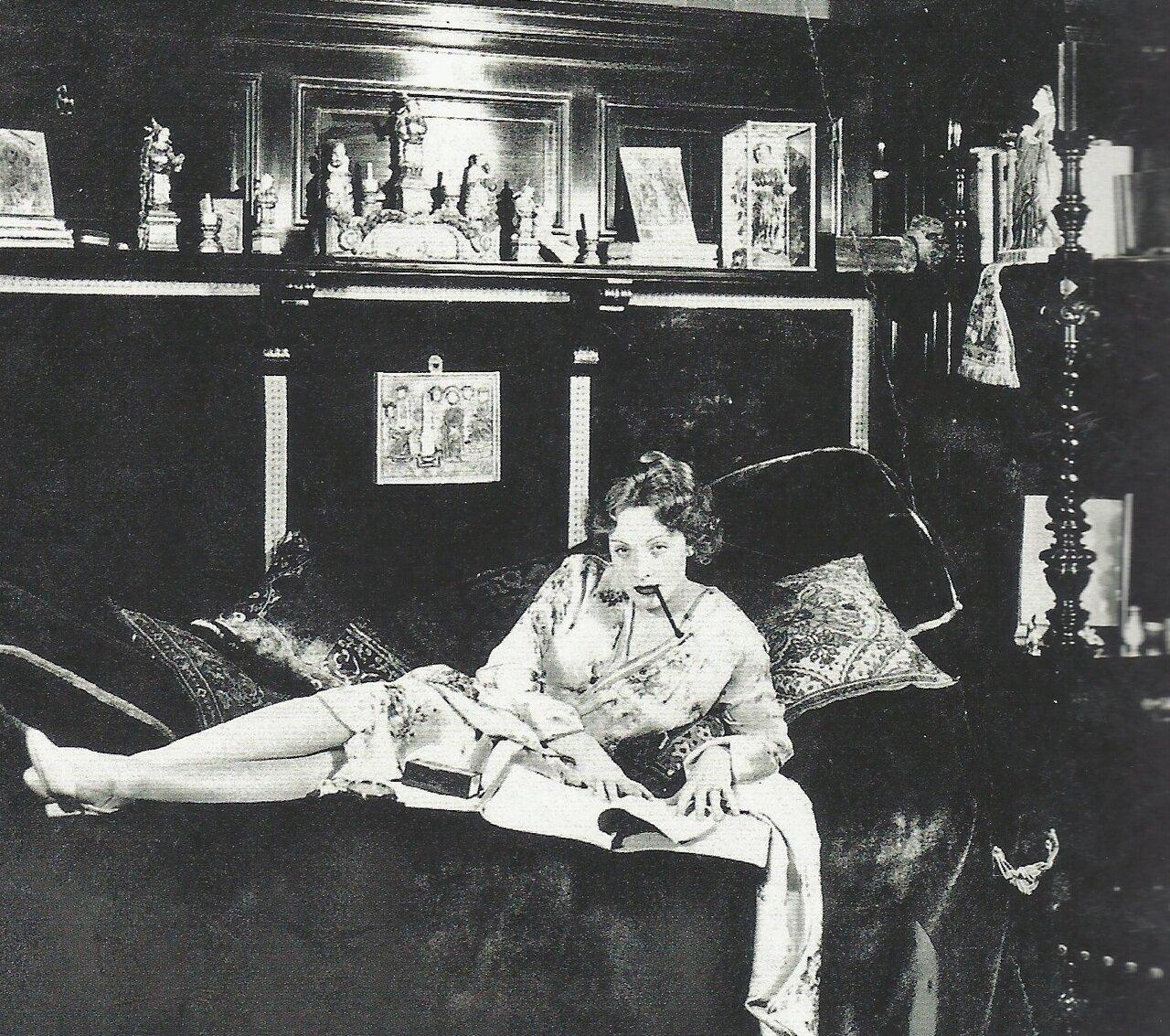 1929. Марлен Дитрих в своей берлинской квартире во время съемок «Голубого ангела»