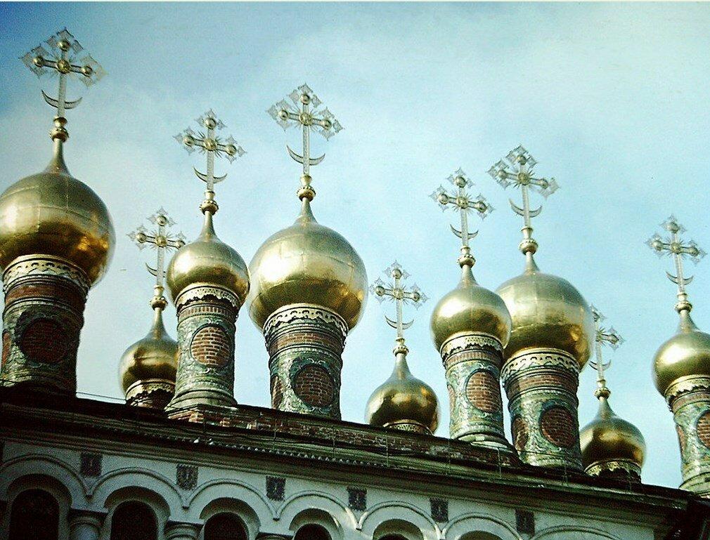 9 золотых куполов украшают крышу Благовещенского собора в Московском Кремле