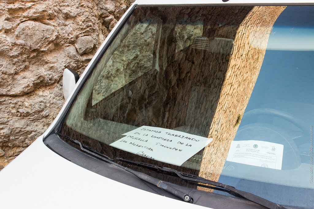 Записка на торпеде автомобиля в Ибице