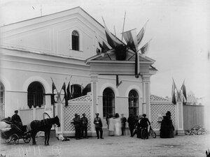 Вход в промышленный отдел выставки, расположенный в манеже лейб-гвардии Гусарского его величества полка.