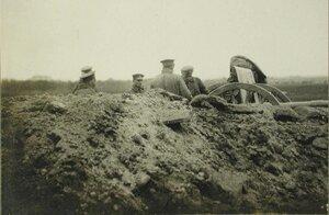 Русские солдаты одной из армейских частей у полевого артиллерийского орудия.