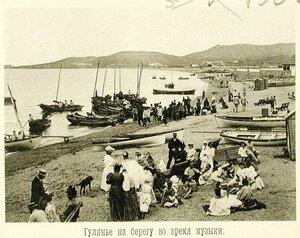 Гуляющая и отдыхающая публика на берегу во время концерта