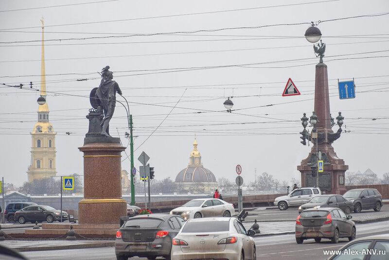 Памятник Суворову на фоне Петропавловской крепости.